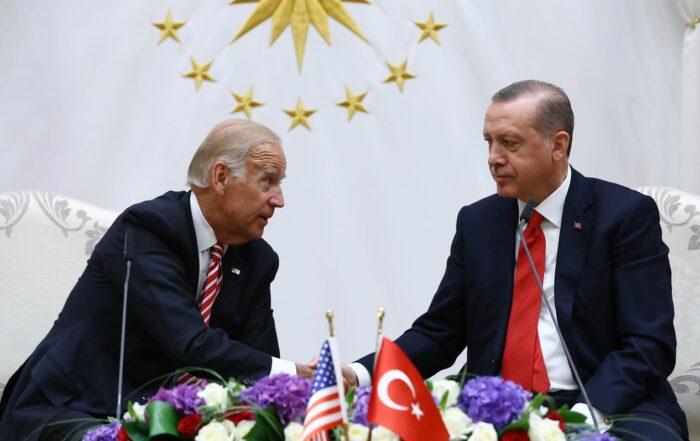 Ο Ερντογάν θα «περιπαίξει» τον Μπάιντεν, αλλά θα παραμείνει στο πλευρό του Πούτιν