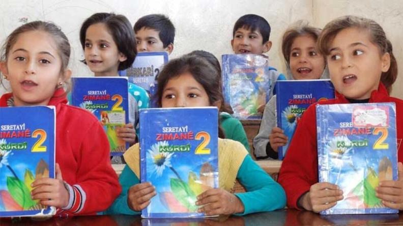 Η νέα σχολική περίοδος στη Ροζάβα ξεκινά με σχολικά βιβλία στα Κουρδικά, Αραβικά και Ασσυριακά