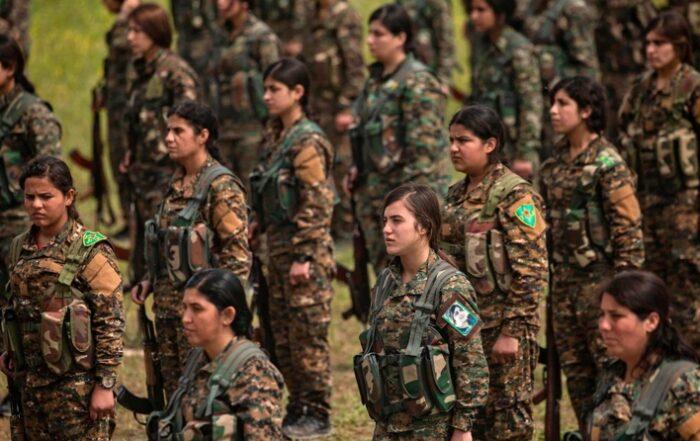 «Τώρα έχω έναν σκοπό»: γιατί όλο και περισσότερες Κούρδισσες γυναίκες επιλέγουν να πολεμήσουν